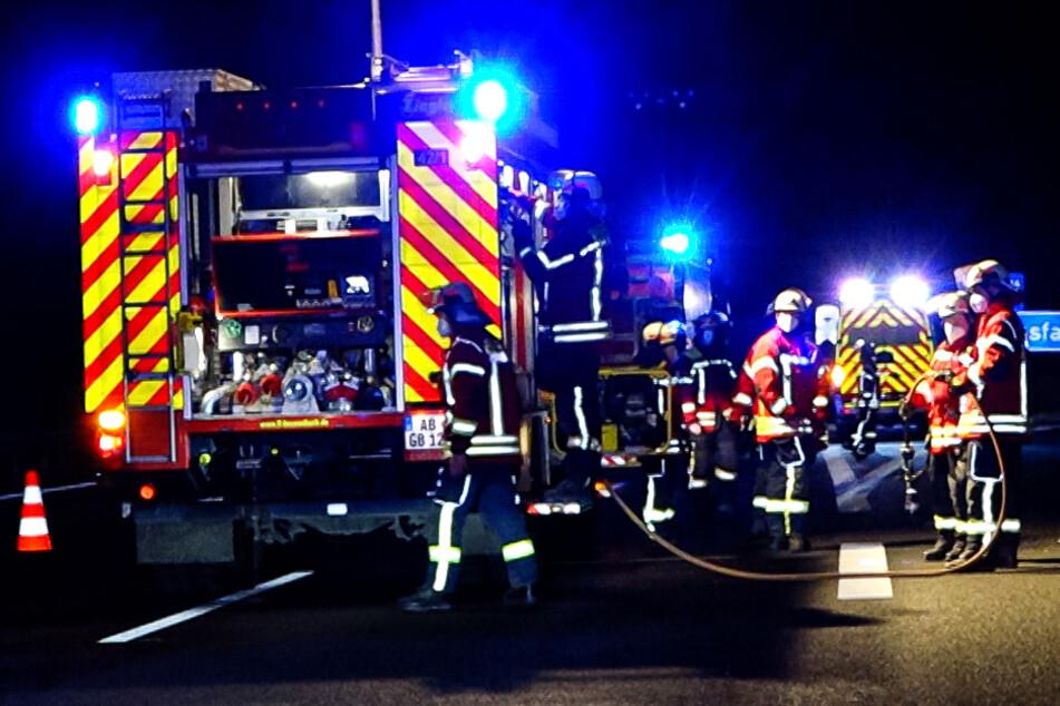 Tödlicher Unfall: Lastwagen erfasst Fußgänger nachts auf Autobahn
