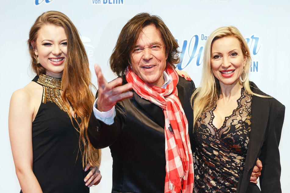 Der Sänger Jürgen Drews (75, M.), seine Tochter Joelina (25, l.) und Ehefrau Ramona (47) posieren auf einem roten Teppich (Archivbild).