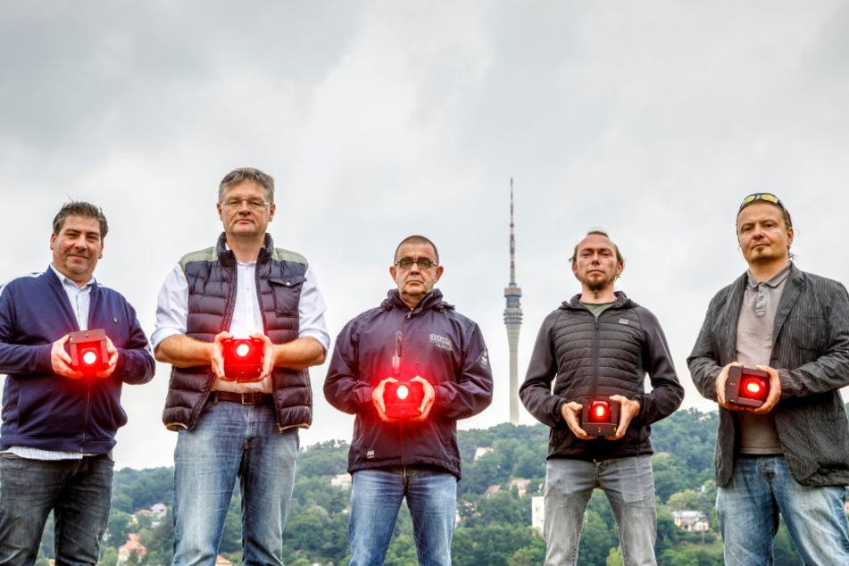 Sie strahlen den Fernsehturm an (v.l.): Rolf Goebel (49), Holger Zastrow (51), Heiko Stöver (58), Janek Heidloß (38) und Rico Meier (44).