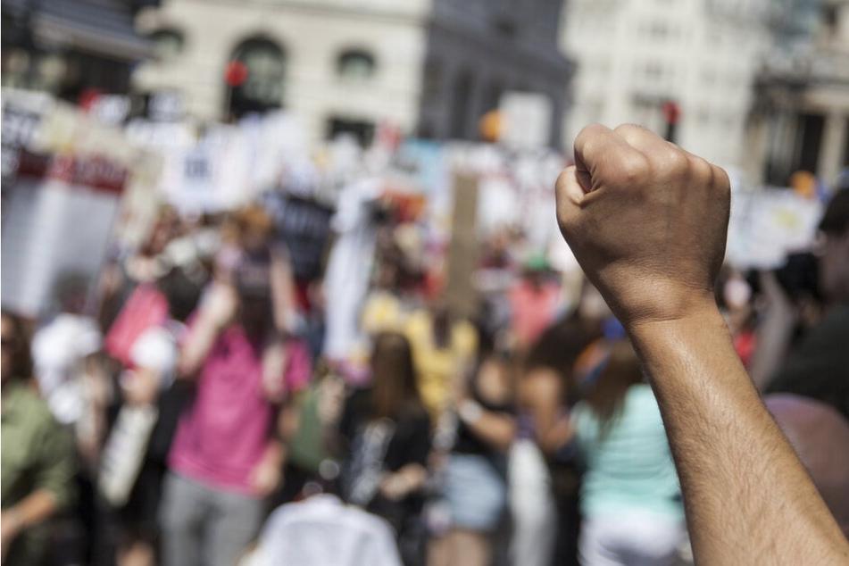 """""""Weil man uns die Freiheit klaut!"""" 50 Demonstranten versammelten sich ohne Mundschutz und Abstand"""