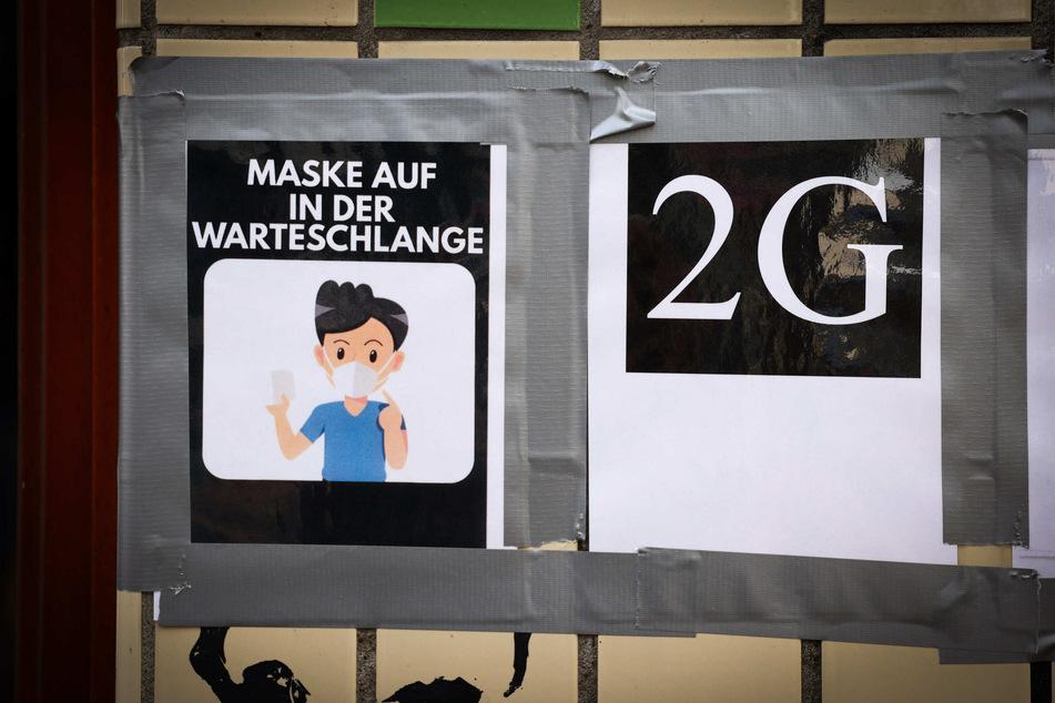 Ein Hinweis zum Einlass nach den 2G-Regeln ist am Eingang einer Hamburger Bar zu sehen.