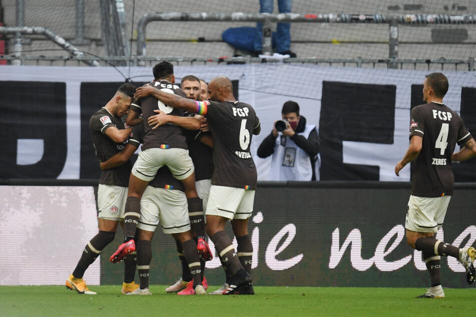 St. Paulis Daniel-Kofi Kyereh (verdeckt) jubelt nach seinem Treffer zum 1:0 gegen Heidenheim mit seinen Teamkollegen.