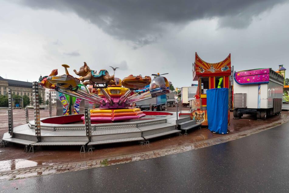 Düstere Wolken über schwebendem Elefant: Im August 2020 wurde auf dem Chemnitzer Hartmannplatz der erste Rummel nach dem Corona-Stopp aufgebaut. Doch die Lage der Schausteller-Branche sollte sich danach weiter verdüstern.