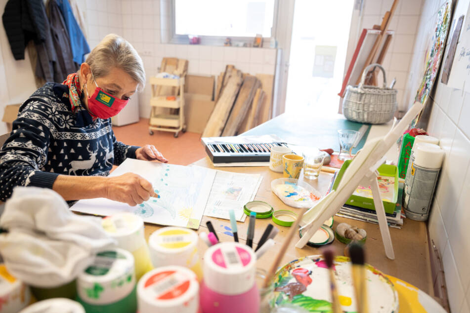 """Künstlerin Andrea Piontek arbeitet nach einem Rundgang zur Eröffnung des """"Living Museum Alb"""" der Bruderhaus-Diakonie in einer Werkstatt."""