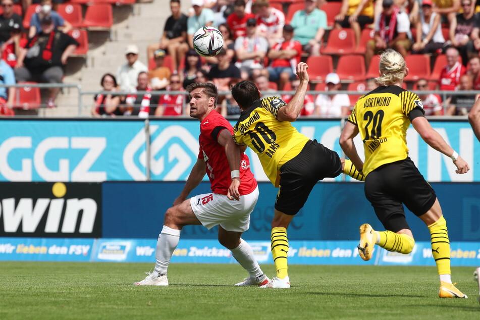 FSV-Routinier Ronny König (38, l.) konnte auch gegen die jungen BVB-Dachse mithalten.