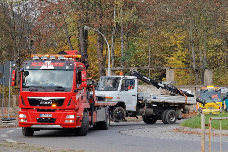 Ladekran bleibt an Brücke hängen: LKW kippt um