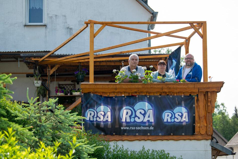 Ecki (61, l.) und Kathrin Kretzschmar (50) freuen sich über den Besuch von Radiomoderator Marcus Poschlod (40).