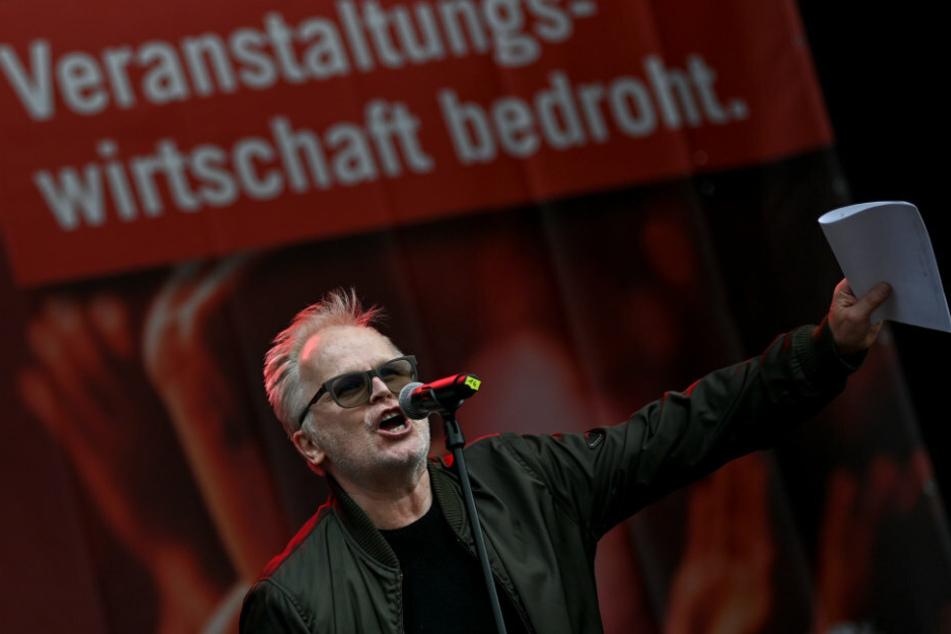 """Der Musiker Herbert Grönemeyer (64) spricht bei der Demonstration """"Existenzkrise in der Veranstaltungswirtschaft"""" des Bündnisses #AlarmstufeRot vor dem Brandenburger Tor."""