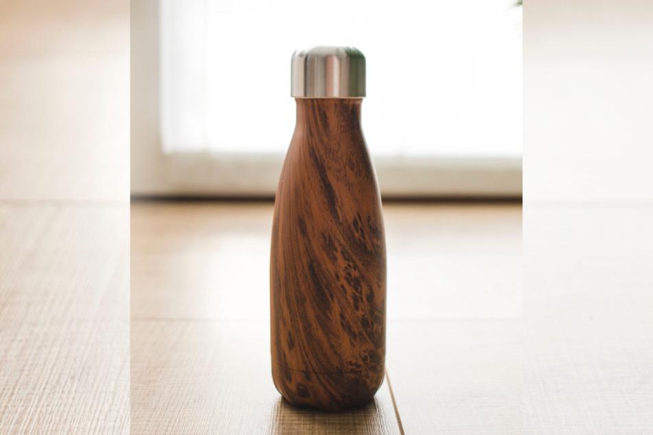 Wiederbefüllbare Trinkflaschen sind für unterwegs eine gute Investition.
