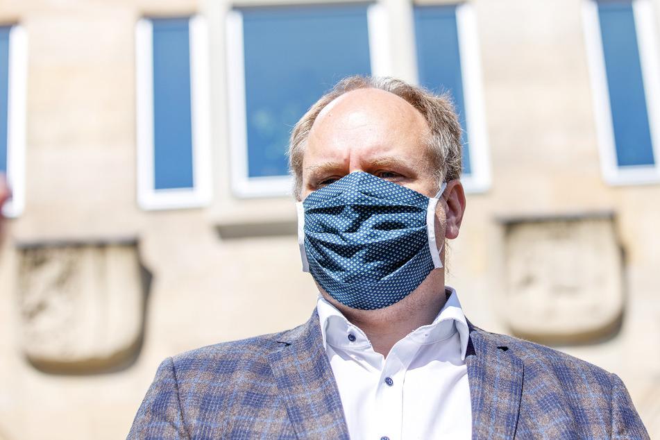 Dirk Hilbert (49, FDP) kehrt am Montag ins Rathaus zurück.