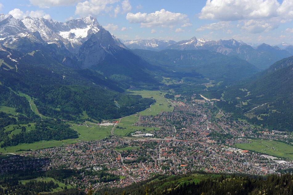 Blick auf Garmisch-Partenkirchen (Oberbayern). Nach dem Anstieg an Infektionen gelten hier wieder härtere Corona-Regeln.
