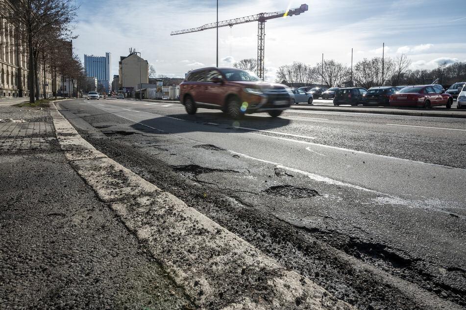 Lebensgefahr für Zweiradfahrer wegen zahlreicher Schlaglöcher: die Chemnitzer Hartmannstraße.