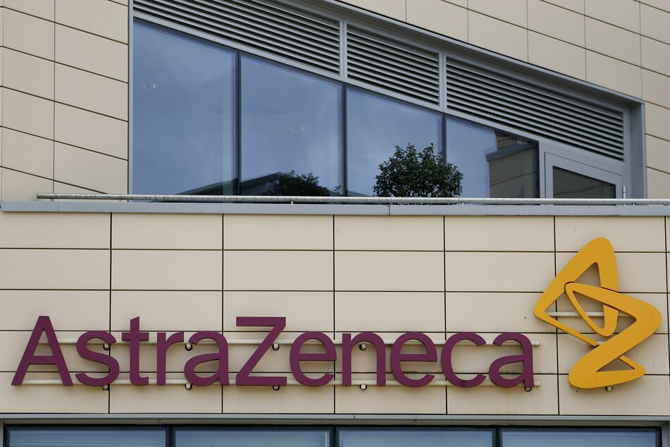 Großbritannien, Cambridge: Blick auf das Firmenlogo am Sitz von Astrazeneca.