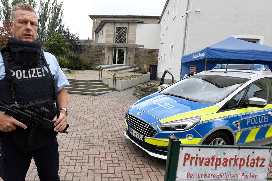 Ein Polizist bewacht die Hagener Synagoge.