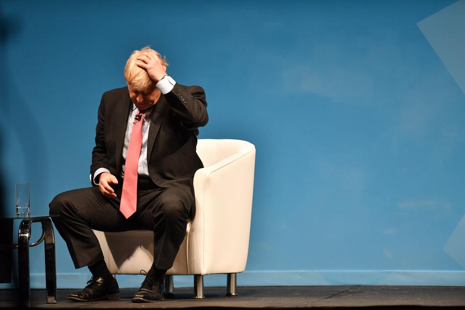 Boris Johnson (56) kratzt sich am Kopf.