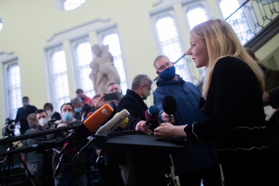 Marie Lingnau, Rechtsanwältin von Gretas Mutter, spricht vor in einem Gerichtssaal des Landgerichts zu Medienvertretern.