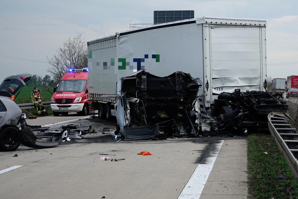 Unfall A14: Schwerer Unfall auf der A14: Drei Lkws und ein Auto krachen ineinander