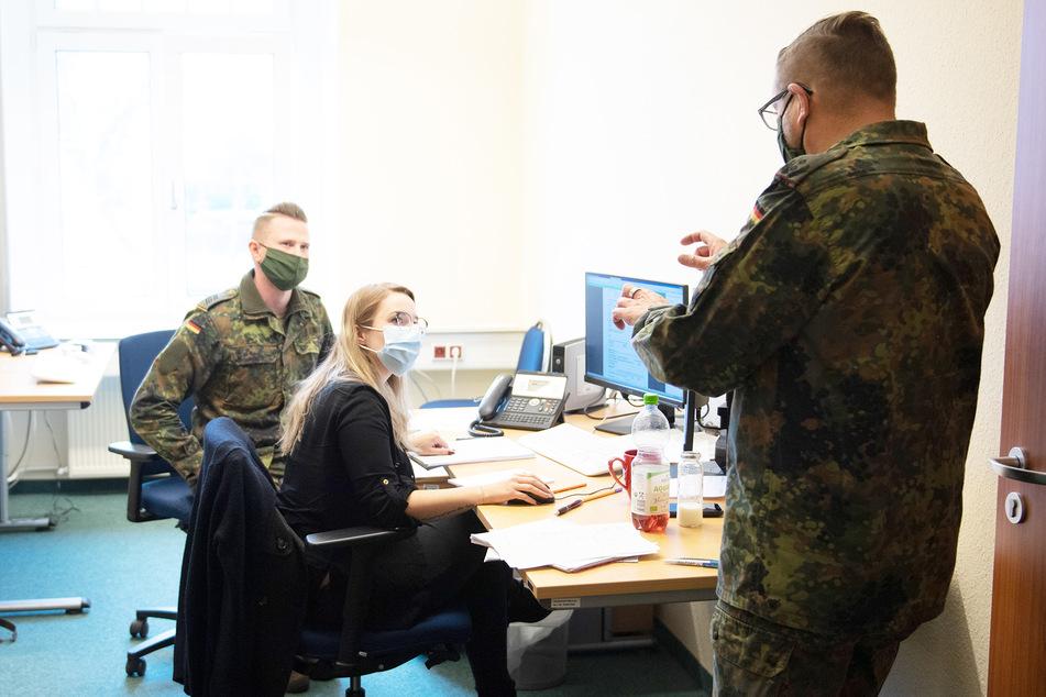 Soldaten der Bundeswehr helfen in einer Außenstelle des Gesundheitsamtes Bautzen bei der Kontaktnachverfolgung.