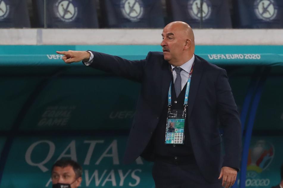 Stanislaw Tschertschessow kassierte mit Russland eine 0:3-Auftaktpleite.