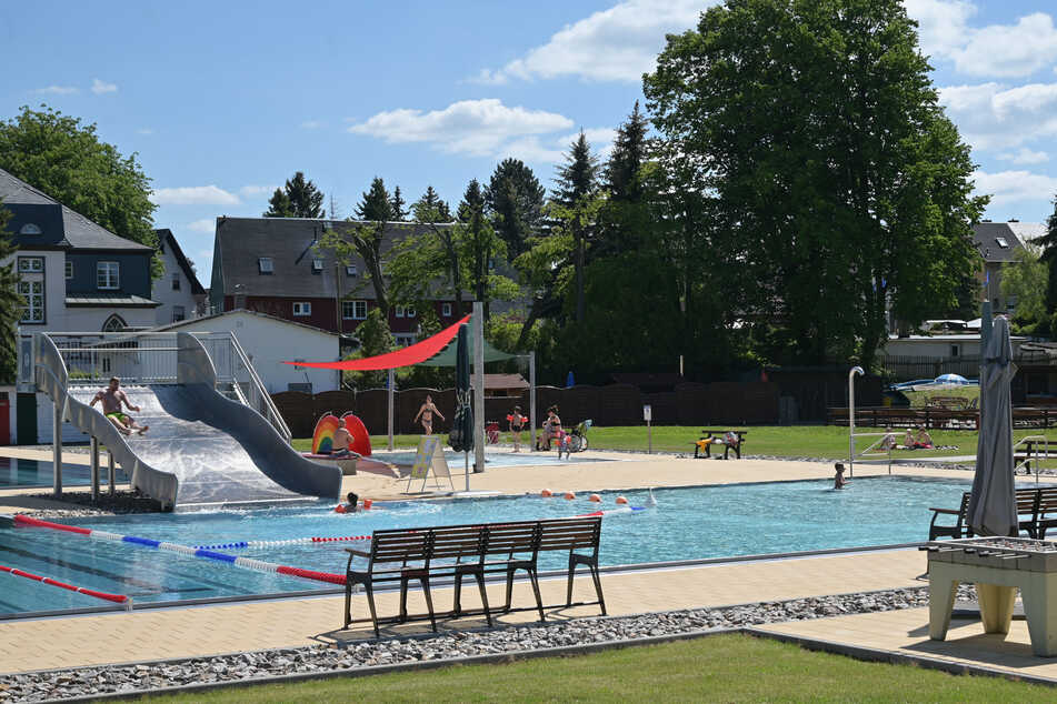 Am Montag öffnete das Freibad Neukirchen. Die Rutsche glänzt, der Matschplatz ist neu. Familien nutzen den ersten warmen Tag des Sommers.