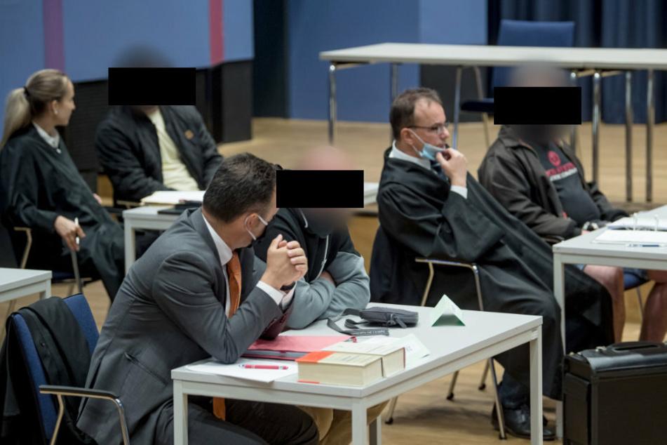 Drei der sechs Angeklagten beim Prozessauftakt im Amtsgericht Chemnitz. (Archivbild)