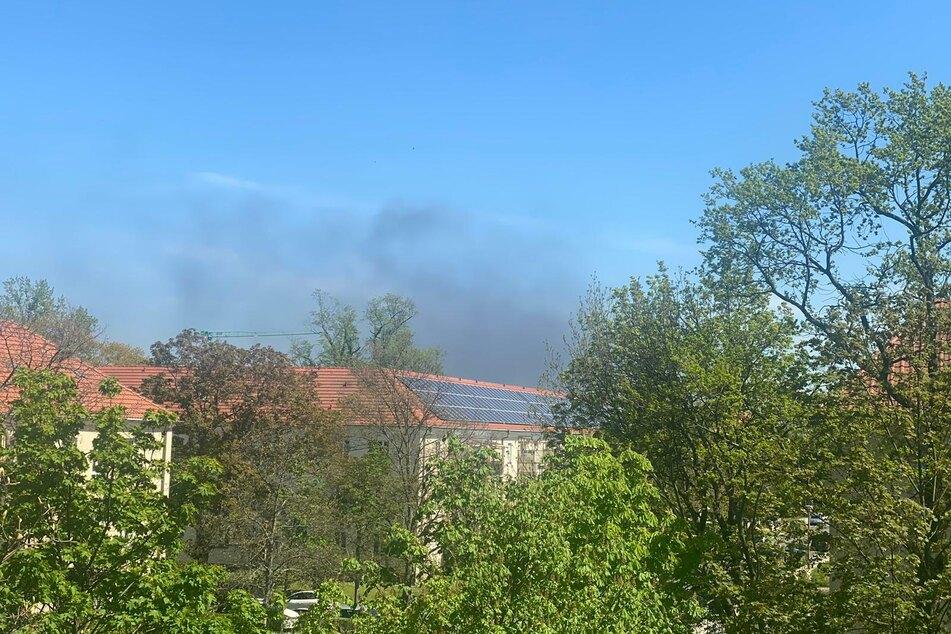 Die dunkle Rauchwolke ist weithin sichtbar - auch hier vom Hauptbahnhof aus.