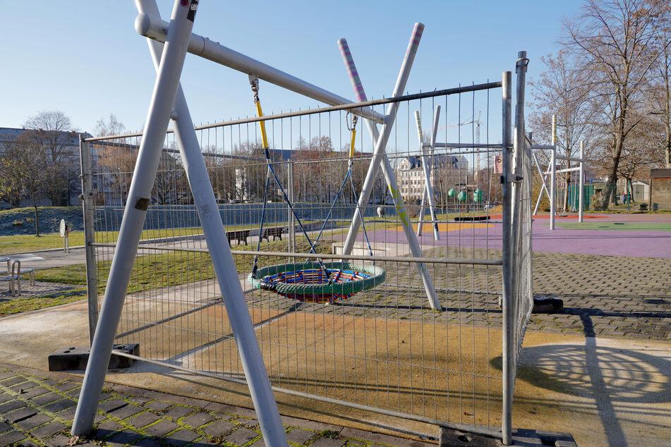 """Die Stadt Chemnitz sperrte am Mittwochmorgen den Spielplatz """"Bunte Gärten"""". Baumzäune wurden um eine Schaukel gebaut, andere kleinere Schaukeln wurde abmontiert."""