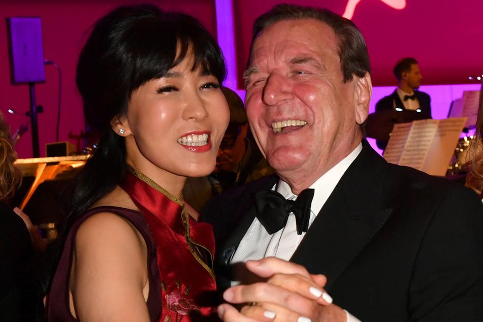 Berlin 2019: Altbundeskanzler Gerhard Schröder (SPD) und seine Frau Soyeon Schröder-Kim tanzen auf dem 68. Bundespresseball.