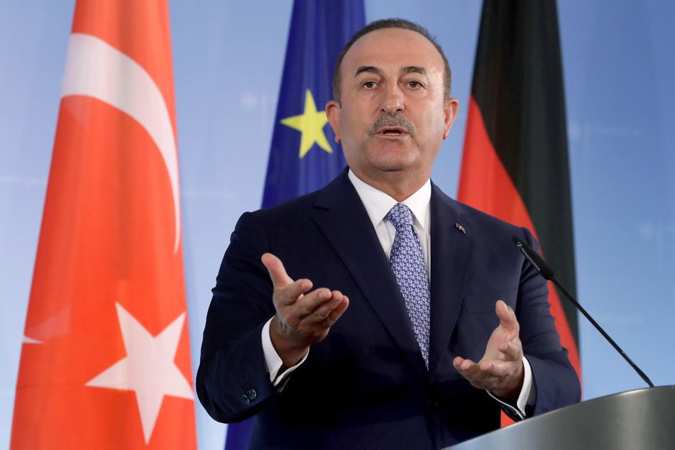 Der türkische Außenminister Mevlüt Cavusoglu (52) verwies auf eine Parlamentsentscheidung, die eine Ausdehnung der griechischen Hoheitsgewässer in der Ägäis zum Kriegsgrund erklärt hatte.