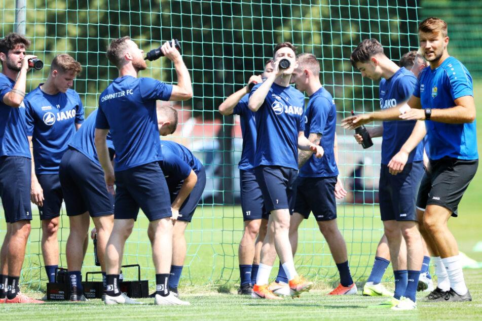 Training macht durstig. Da gibt es mit Spielern wie Niklas Hoheneder (l.) nicht nur erfahrene Männer, sondern auch viele neue und zugleich junge Fußballer. Coach Daniel Berlinski (r.) muss daraus eine gute und verschworene Truppe formen.