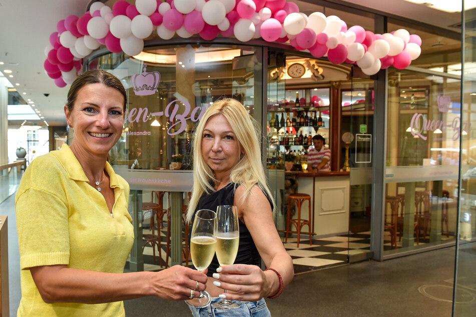 "Center-Managerin Andrea Knabe (45, l.) stößt mit ""Queen""-Bar-Chefin Aleksandra Maglica (47) auf den 15. Geburtstag des Centers an."