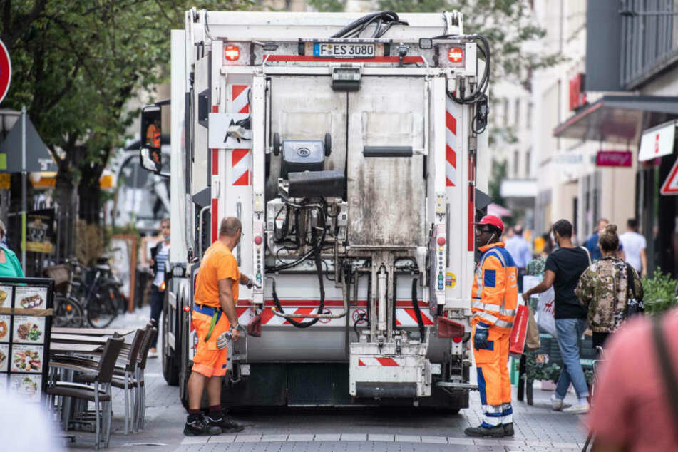 Ein Müllfahrzeug der FES fährt durch die Innenstadt. Obwohl an jeder Ecke öffentliche Mülleimer stehen, sind viele Bereiche Frankfurts durch achtlos weggeworfenen Müll verschmutzt.