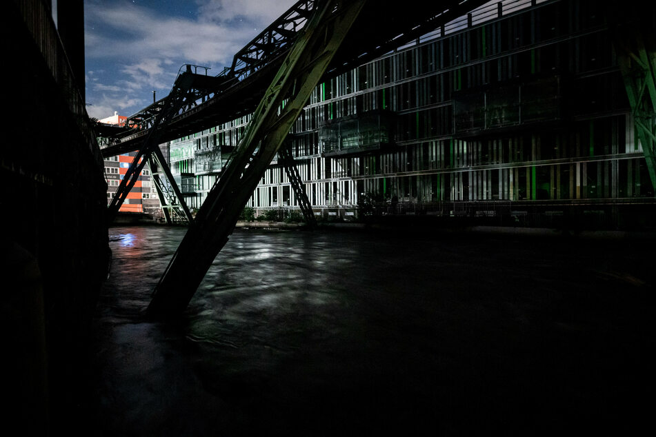 Die Wupper in der Wuppertaler Innenstadt ist über das Ufer getreten. Aus Sicherheitsgründen sollen Anwohner ihre Wohnungen verlassen.