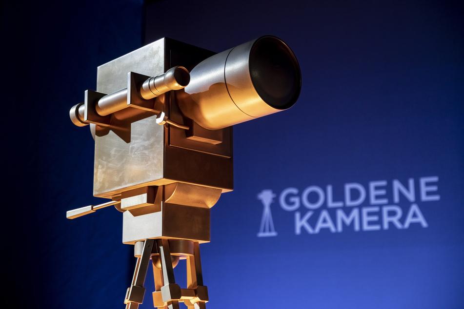 Eine überdimensionale Trophäe steht bei der Verleihung der Goldenen Kamera auf der Bühne.