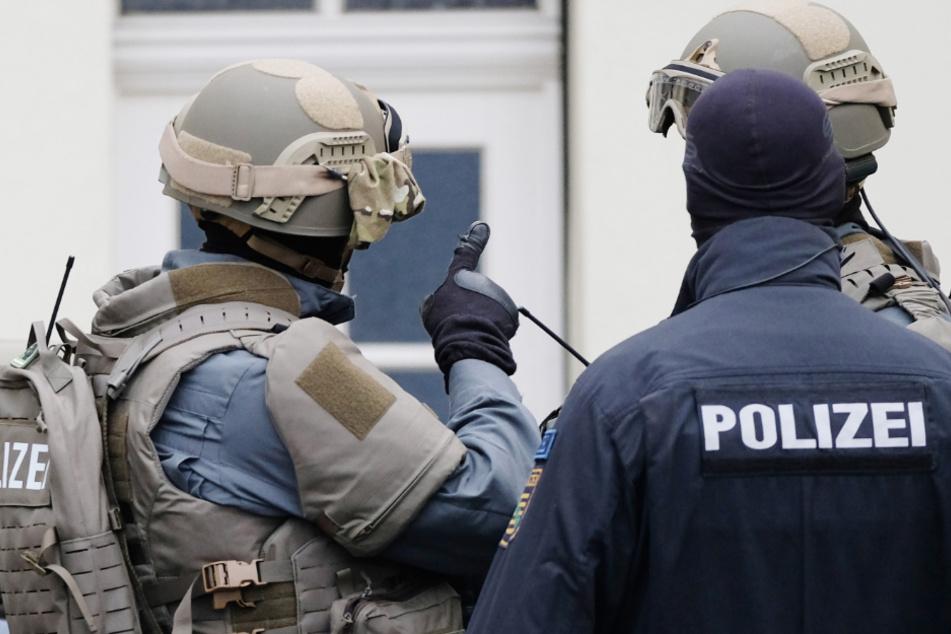 Blutspuren und vermeintliche Schüsse: Polizei stürmt Baby-Party mit Großaufgebot!