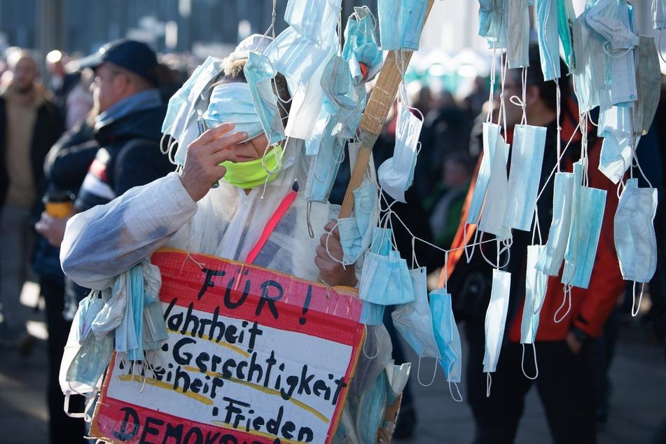 """Seit dem Beginn der Pandemie kommt es häufiger zu Protesten gegen die Corona-Maßnahmen in Sachsen. Gibt es im Freistaat etwa mehr """"Querdenker"""" als in Deutschland?"""