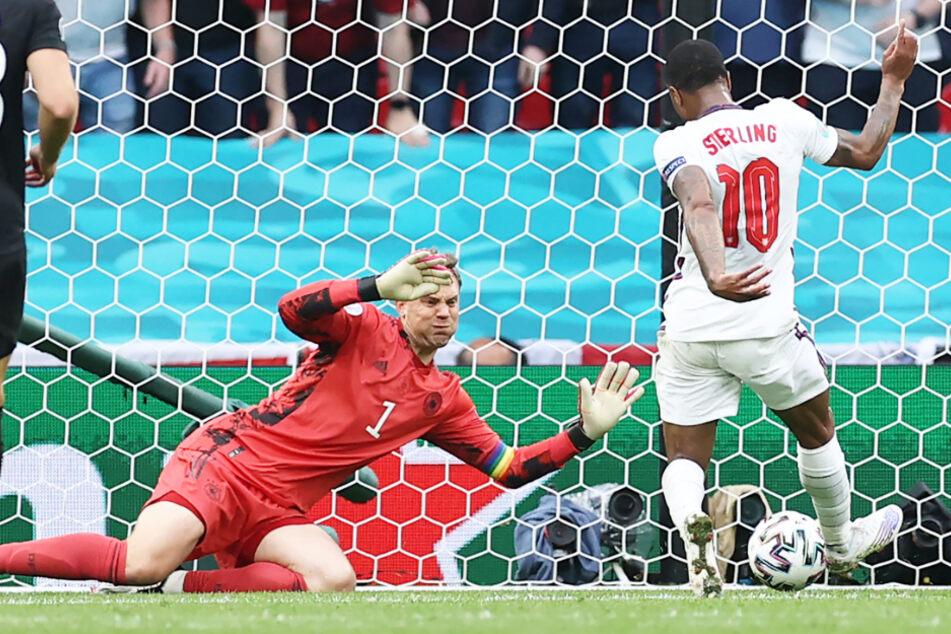 Raheem Sterling (r.) schiebt aus Nahdistanz völlig ungedeckt zum 1:0 für England ein. Manuel Neuer kann nicht mehr eingreifen.