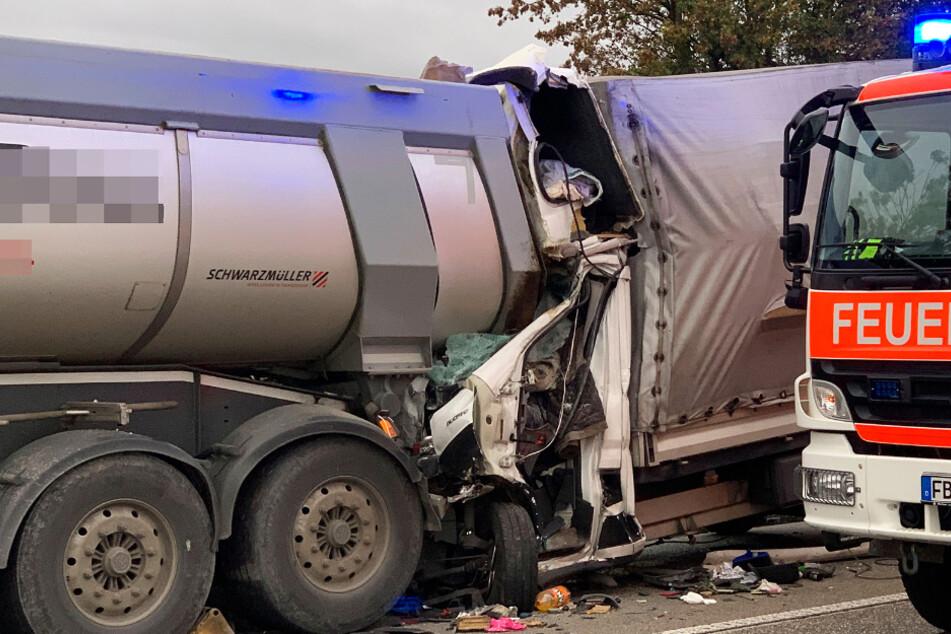 Wie das Foto zeigt, wurde das Führerhaus des Transporters regelrecht zerschmettert.