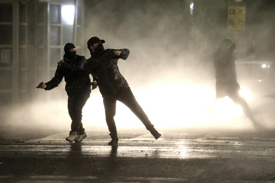 Gewalt und Ausschreitungen in Nordirland, Dutzende Polizisten verletzt