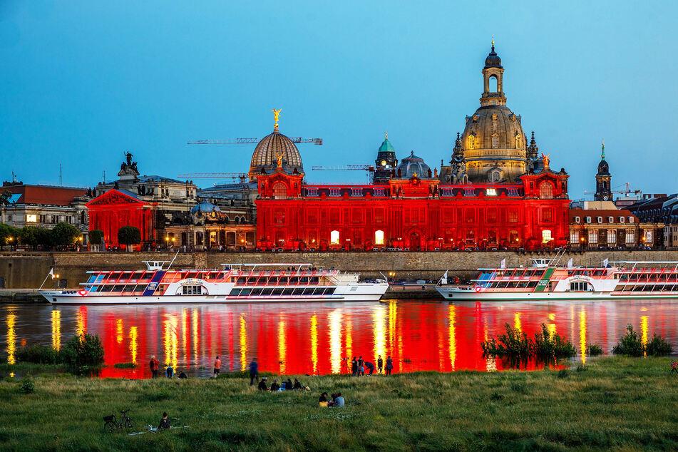 Auch Brühlsche Terrasse, Kunstakademie und Schloss wurden gestern Abend rot angestrahlt.