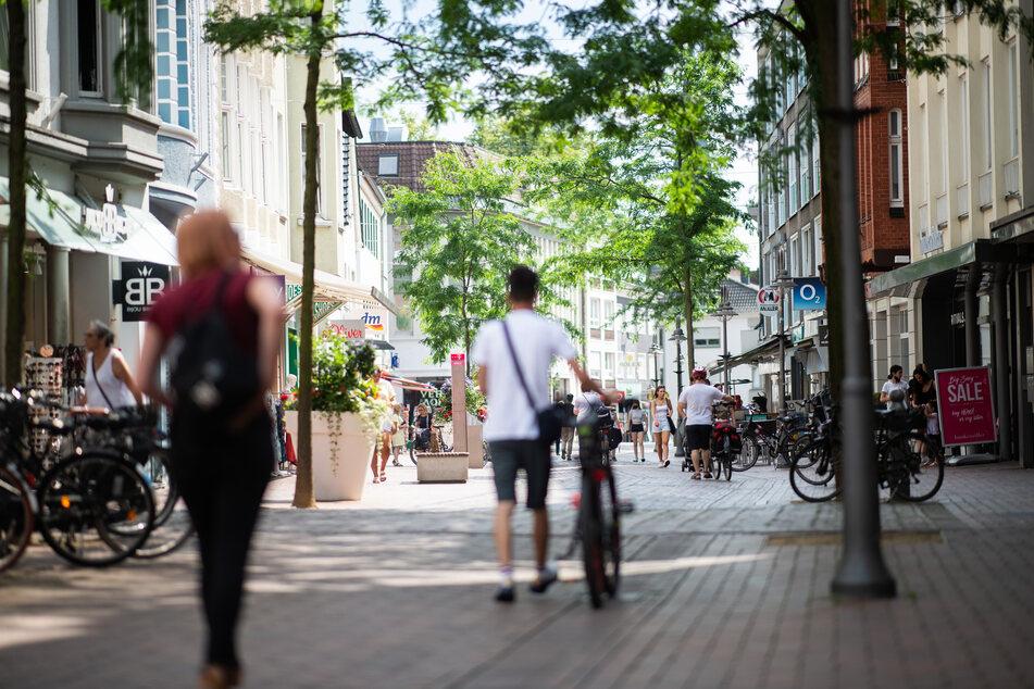 Menschen gehen durch die Fußgängerzone. Für die Landkreise Gütersloh und Warendorf gilt seit dem 23.06.2020 nach dem massiven Coronavirus Ausbruch im Schlachthof der Firma Tönnies am Standort Rheda-Wiedenbrück ein Lockdown.