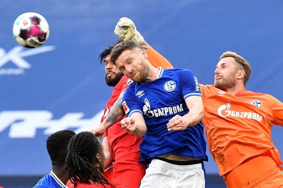 Brenzlige Situation: Beim FC Schalke 04 hatte Mustafi (2.v.r.) viele Momente zum Wegsehen.