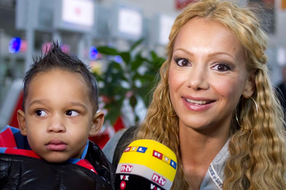Radost Bokel wartet im Januar 2012 zusammen mit ihrem damals zweieinhalbjährigen Sohn Tyler Junior am Flughafen Frankfurt auf den Abflug ins Dschungelcamp.