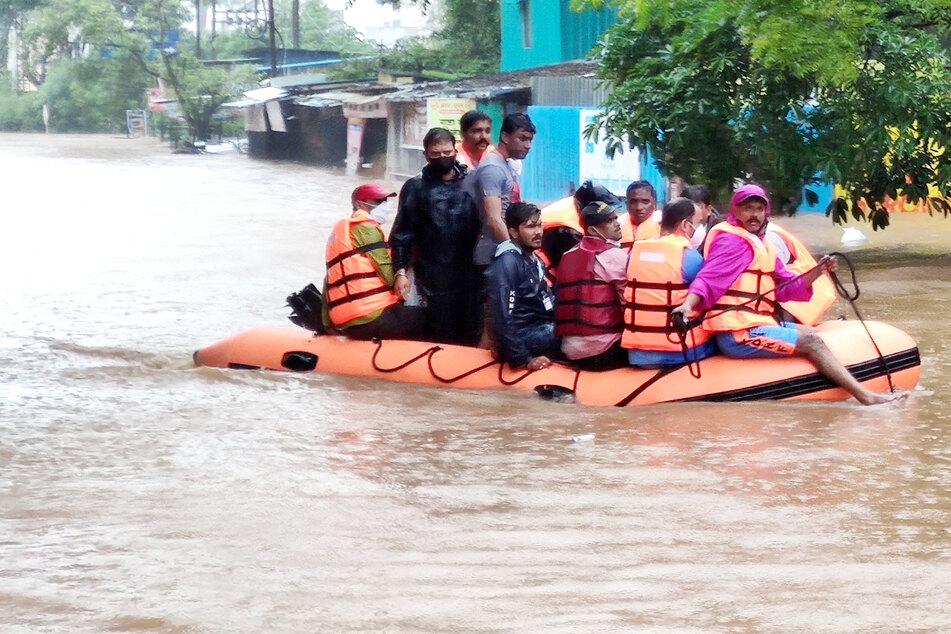 Zahlreiche Straßen sind überflutet: Heftiger Monsunregen hat im Westen Indiens mindestens 100 Menschen das Leben gekostet.