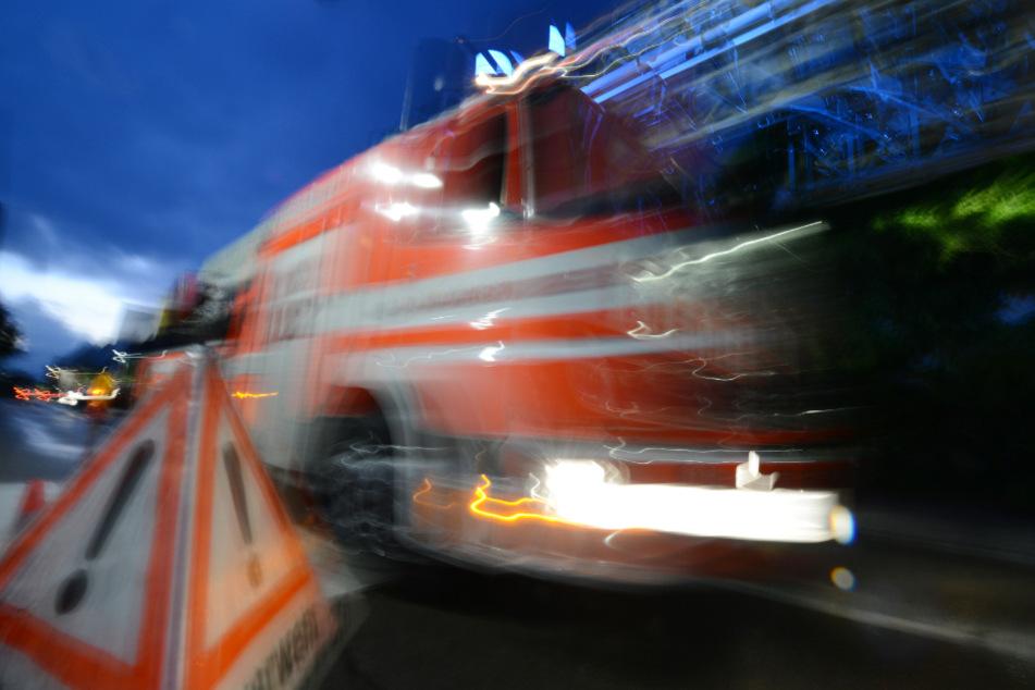 Dramatische Szenen: Feuerwehrleute werden von Druckwelle zurückgeworfen