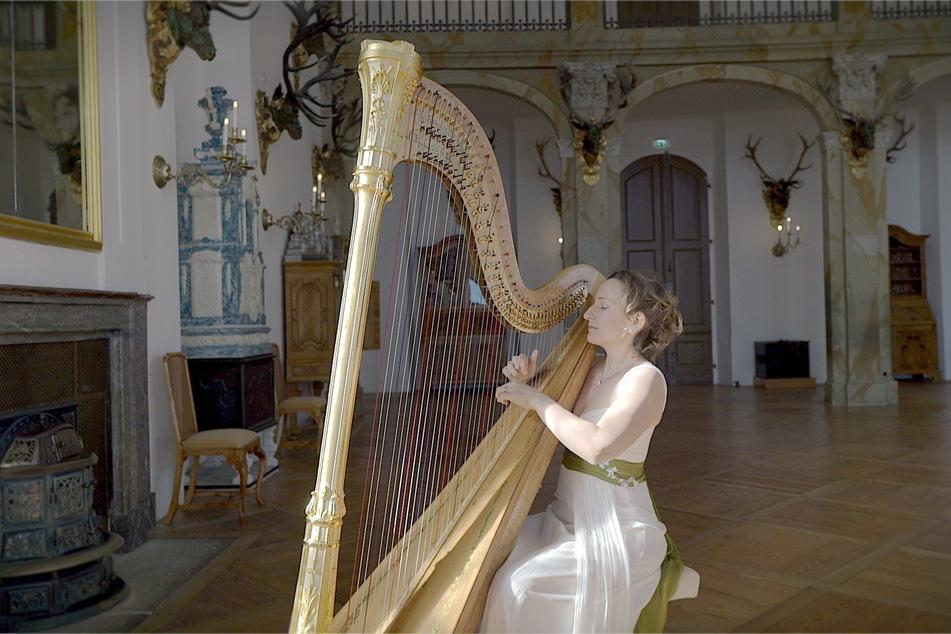 """Im Rahmen des Projektes """"Empty Spaces"""" spielte Sarah Christ (40) im Schloss Moritzburg Harfe."""