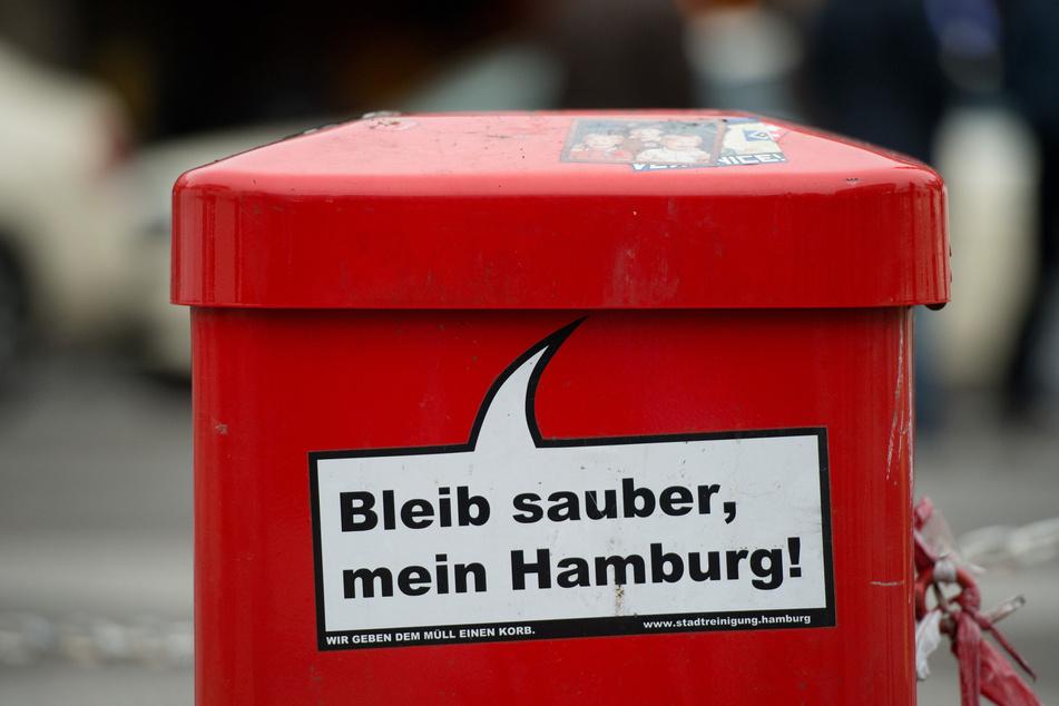 """Der Spruch """"Bleib sauber, mein Hamburg!"""" steht auf einem Mülleimer am Hauptbahnhof."""