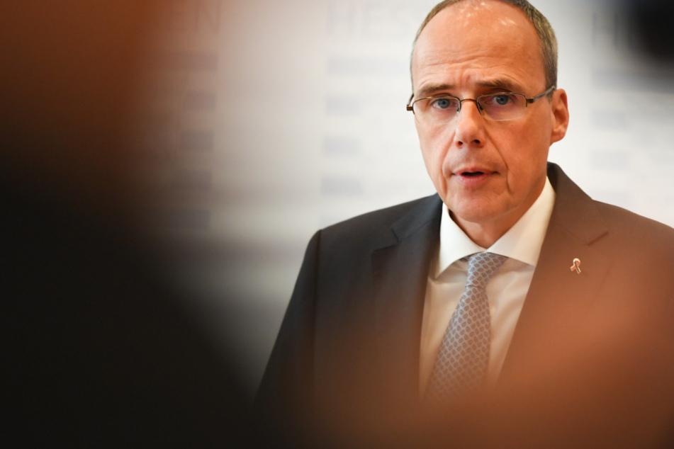 Das Foto aus dem Juli zeigt Hessens Innenminister Peter Beuth (52, CDU).