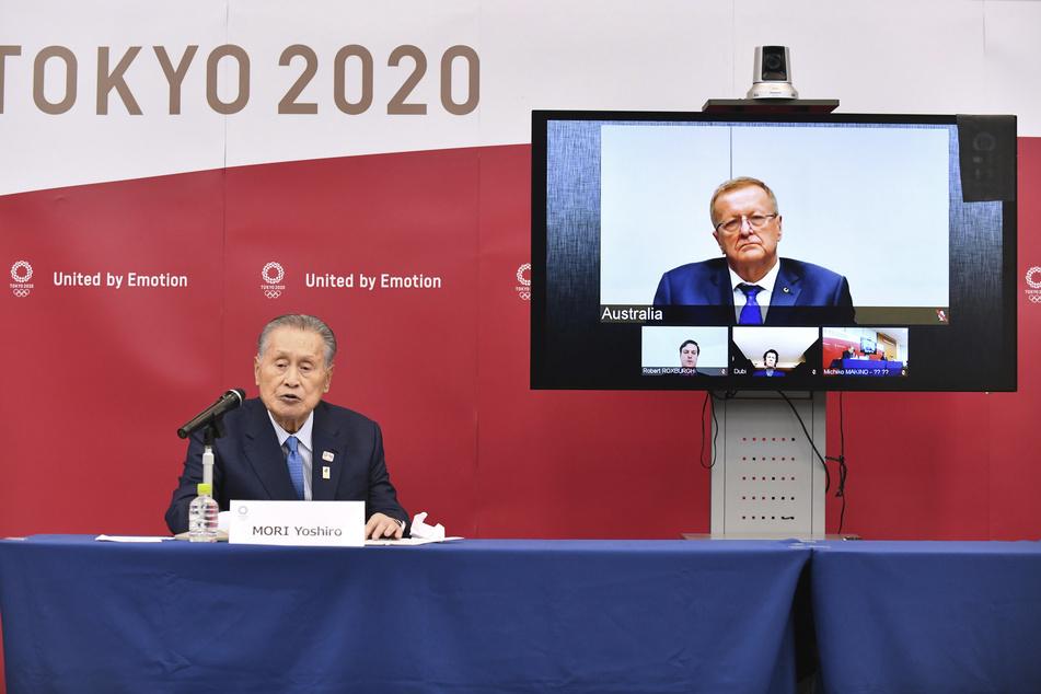 Der Präsident des Organisationskomitees Tokyo 2020, Yoshiro Mori (l) spricht in einer Telefonkonferenz mit John Coates, dem Vorsitzenden der IOC-Koordinationskommission für die Olympischen Spiele in Tokio 2020.