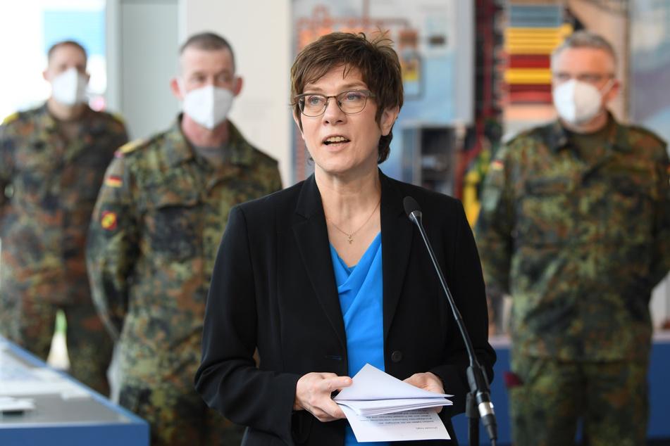 Bundesverteidigungsministerin Annegret Kramp-Karrenbauer (58, CDU) kündigte in Boxberg Investitionen in Sachsen an.